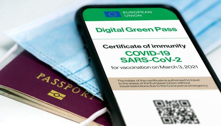 Vaccinations et solutions numériques : vers un assouplissement des restrictions sur les voyages